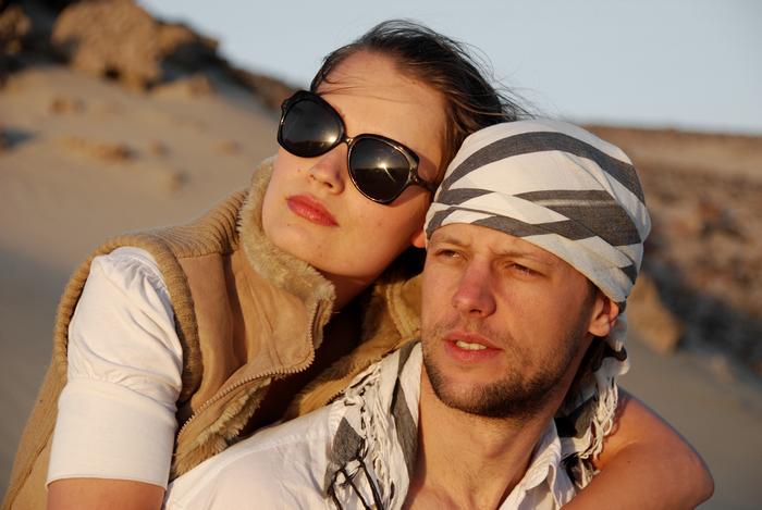 Kobieta obejmująca mężczyznę na pustynnych wydmach